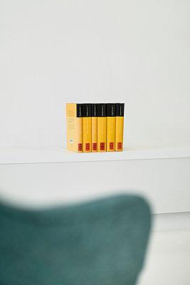 Duden auf einem Regal - p335m1152294 von Andreas Koerner
