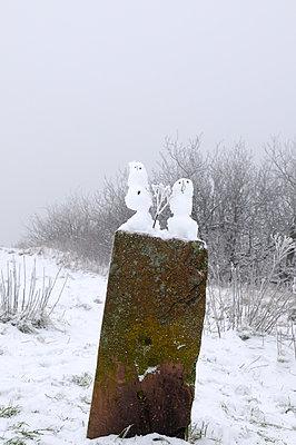 Zwei kleine Schneemänner - p470m966283 von Ingrid Michel