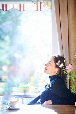 Frau am Fenster - p954m2231267 von Heidi Mayer