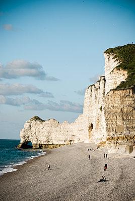Menschen am Strand mit Felsen / Klippen in Etretat - p982m1143413 von Thomas Herrmann