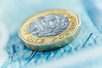 Close up one pound coin on five pound note - p1023m1575893 by Adam Gault