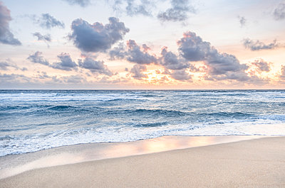 Beach at sunset in Boca Raton, Florida, USA - p1427m2077624 by Tetra Images