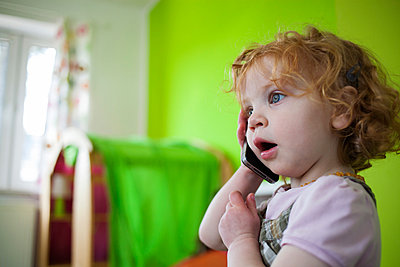 Little girl with smart phone - p586m879751 by Kniel Synnatzschke