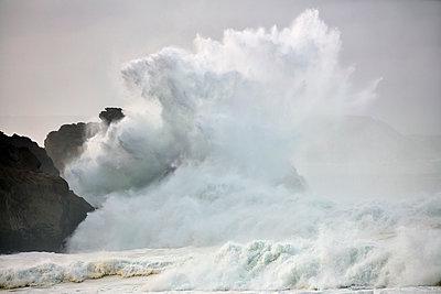 Brechende Wellen am Strand von Nazaré - p719m2081941 von Rudi Sebastian