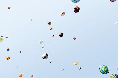 Heißluftballons von unten  - p719m2109220 von Rudi Sebastian
