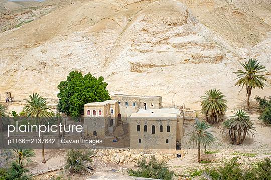 Houses near Ein Quelt spring, Wadi Quelt, Jericho, West Bank, Palestine - p1166m2137642 by Cavan Images