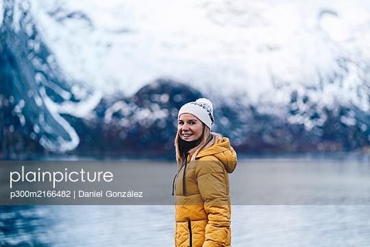 Portrait of happy tourist at Hamnoy, Lofoten, Norway - p300m2166482 by Daniel González