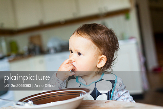 Baby girl looking away - p312m2086363 by Anne Dillner