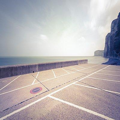 Leerer Parkplatz - p1137m2230729 von Yann Grancher