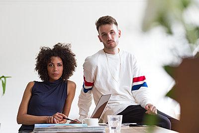 Moderne junger Frau und hipper, attraktiver Mann im Büro  - p1301m2020275 von Delia Baum