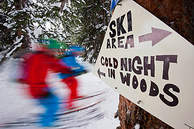 Warnschild an einer Skipiste, Vail, Colorado, USA - p1316m1160956 von Michael Neumann