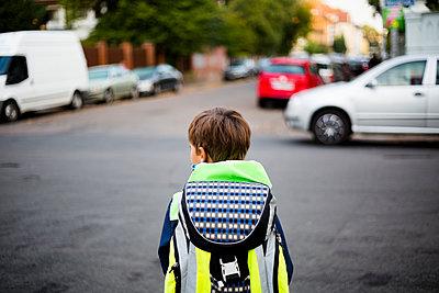 Erstklässler auf seinem neuen Schulweg  - p1325m1487266 von Antje Solveig
