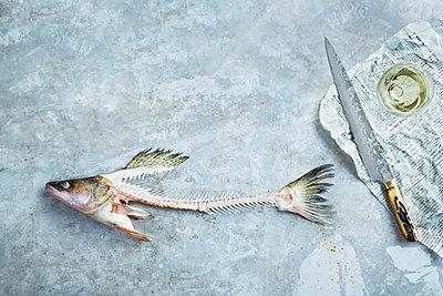 Knife and fishbones - p312m2101881 by Matilda Lindeblad