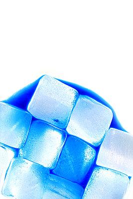 Blaue Eiswürfel - p450m1066478 von Hanka Steidle