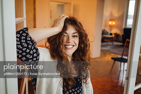 Porträt einer jungen Frau mit roten Haaren - p586m1200173 von Kniel Synnatzschke