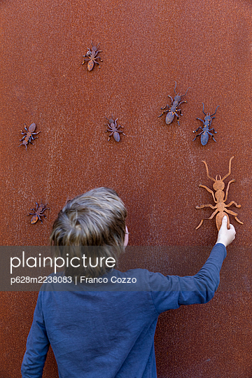 Australia, Melbourne, Boy playing with rusty ants - p628m2238083 by Franco Cozzo