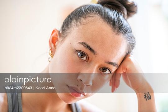 UK, London, Portrait of pensive young woman - p924m2300643 by Kaori Ando