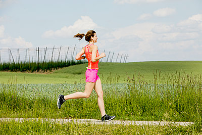 Young woman jogging - p300m2004658 by Roman Märzinger