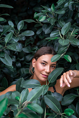 Portrait of young woman among green leaves - p300m2143355 by VITTA GALLERY