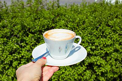 Kaffeetasse im Garten - p432m1132460 von mia takahara