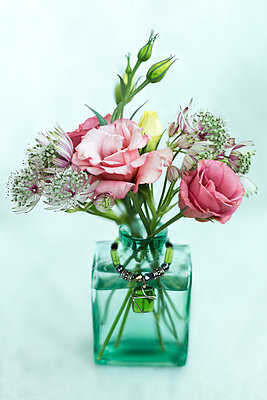 Arrangement of cut flowers in a vase - p442m2039468 by Lorna Rande