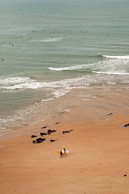 Surfer in Biarritz - p470m1042992 von Ingrid Michel