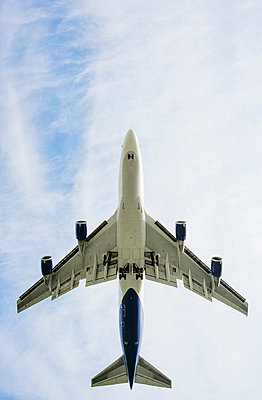 Low angle view of airplane taking off, Schiphol, North Holland, Netherlands, Europe - p924m1480497 by Mischa Keijser