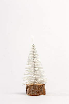 Small Christmas tree - p943m1333087 by Do-It-Studios