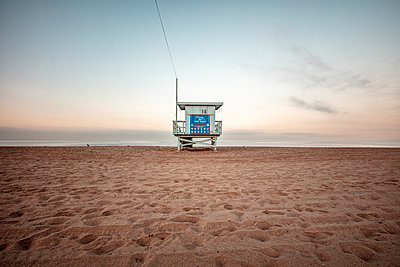 USA, California, Santa Monica, lifeguard hut on the beach at twilight - p300m2069728 by Daniel Waschnig Photography