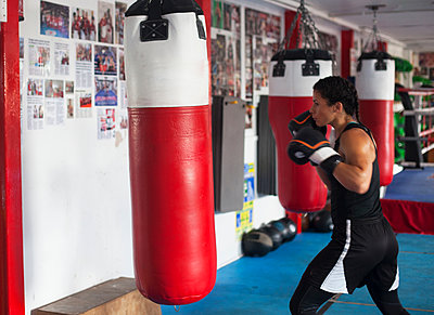 Female boxer training in gym - p429m2050673 by Image Source