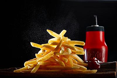 Pommes Frites und Ketchup in einer Flasche - p851m2289554 von Lohfink