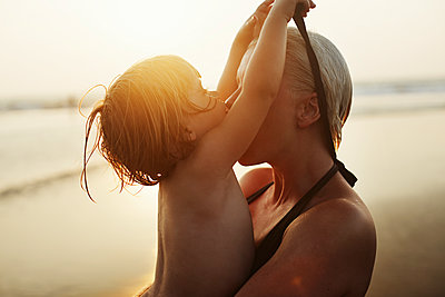Mother and daughter on beach - p972m1088633 by Felix Odell