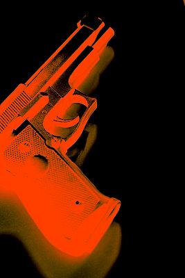 Hand gun against black background, CGI - p975m2286089 by Hayden Verry