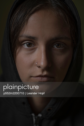 Young woman with nose piercing, portrait - p552m2200710 by Leander Hopf