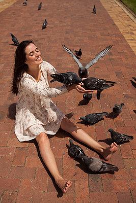 Frau liebt Tauben - p045m1355240 von Jasmin Sander