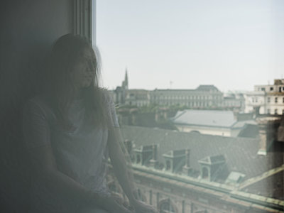 Spiegelung einer Frau am Fenster - p1383m1584329 von Wolfgang Steiner