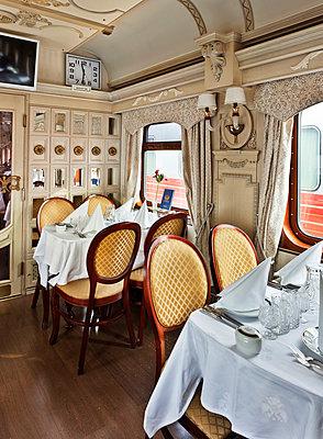 Speisewagen in der Transsibirische Eisenbahn - p390m1214570 von Frank Herfort