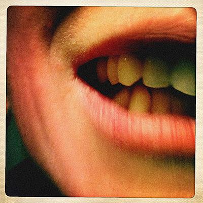 Zähne zeigen - p586m780639 von KNSY Bande