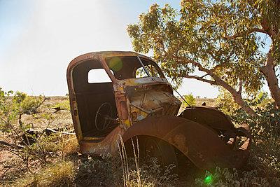 Autowrack in der Wüste - p628m886718 von Franco Cozzo