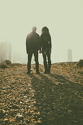 Young couple holding hands outdoors - p794m972908 by Mohamad Itani