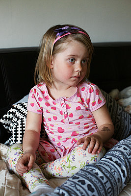 Little girl sits on sofa - p972m1088639 by Felix Odell