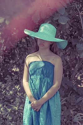 Jeune fille au chapeau - p1594m2210122 by Françoise Chadelas