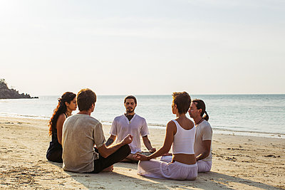 Thailand, Koh Phangan, group of people meditating together on a beach - p300m1568325 by Mosuno Media