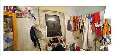 Wäsche trocknet im Badezimmer - p318m1170042 von Christoph Eberle