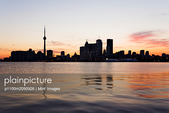 City Skyline - p1100m2090926 by Mint Images