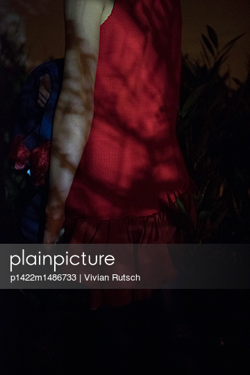 Rotes Kleid im Schatten - p1422m1486733 von Vivian Rutsch