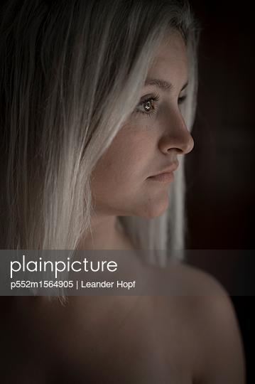 Junge Frau mit platinblonder Frisur - p552m1564905 von Leander Hopf