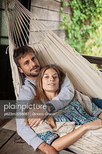 Portrait of couple relaxing in hammock - p623m2258087 by Dinoco Greco