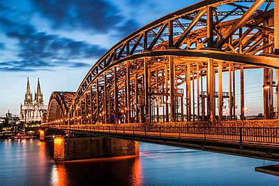 Hohenzollernbrücke und Dom bei Nacht - p401m1590204 von Frank Baquet