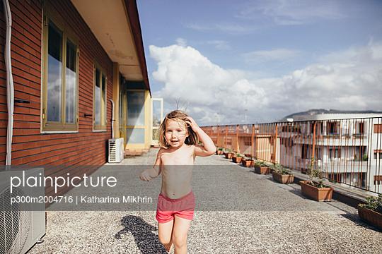 Italy, Naples, portrait of little girl on roof terrace - p300m2004716 von Katharina Mikhrin